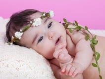Het leuke, mooie, gelukkige, mollige portret van het babymeisje, naakt of naakt, op een pluizige deken Royalty-vrije Stock Foto