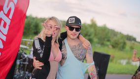 Het leuke paar waar blondemeisje met roze bustehouder en tattoed kerel met GLB-dans stock footage