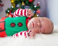 Het leuke pasgeboren elf van slaapkerstmis Stock Afbeeldingen