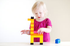 Het leuke peutermeisje spelen met kleurrijke blokken Stock Fotografie