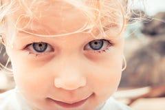 Het leuke portret van het kindmeisje met mooie ogen die op camera met spontane onschuld kijken ziet eruit royalty-vrije stock afbeeldingen
