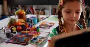 Het leuke schoolmeisje schilderen op canvas 4k stock footage