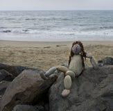 Het leuke standbeeld van de rotskunst van een dame bij het strand Stock Afbeelding