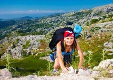 Het meisje van de tiener beklimt op berg stock foto's