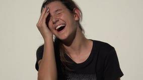 Het leuke tienermeisje lachen stock footage