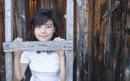 Het leuke tienermeisje stellen dichtbij een huis in het dorp nave Royalty-vrije Stock Fotografie