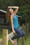 Het leuke tienermeisje stelt op landbouwbedrijf royalty-vrije stock foto's