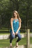 Het leuke tienermeisje stelt op landbouwbedrijf stock foto's