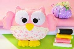 Het leuke uilstuk speelgoed wordt gemaakt van gevoeld en stof Weinig die lijst met kaarslicht, vaas en boeken wordt verfraaid Een Stock Foto's