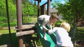 Het leuke van de kinderenbroer en zuster spelen op privé speelplaats Handbediend schot stock footage