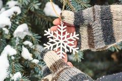 Het leuke verhaal van de winterkerstmis - het meisje verfraait de Kerstboom royalty-vrije stock afbeeldingen