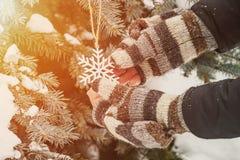 Het leuke verhaal van de winterkerstmis - het meisje verfraait de Kerstboom stock foto