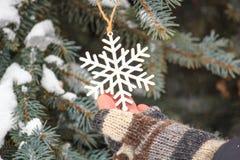 Het leuke verhaal van de winterkerstmis - het meisje verfraait de Kerstboom royalty-vrije stock afbeelding