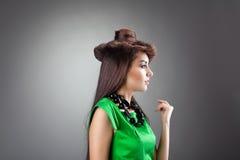 Het leuke vrouw stellen in de hoed van de haarstijl - groene kleding Stock Afbeeldingen
