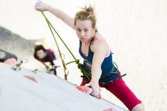 Het leuke vrouwelijke Atleet hangen bij het beklimmen van de Kabel van de Muurholding Stock Fotografie