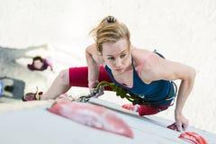 Het leuke vrouwelijke Atleet hangen bij het beklimmen van Muur Stock Fotografie