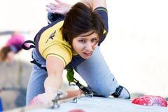 Het leuke vrouwelijke Atleet hangen bij het beklimmen van Muur Stock Afbeeldingen