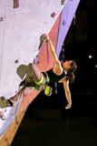Het leuke vrouwelijke Atleet hangen bij het beklimmen van Muur Royalty-vrije Stock Afbeelding