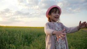 Het leuke vrouwelijke meisjes drinkwater van glas, Moeder geeft de drank van de kinddochter schoon zuiver water op zonsonderganga stock video