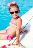 Het leuke zwembad van de meisjezitting dichtbij Stock Fotografie