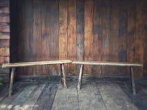 Het leven als Thaise traditioTwo houten die voorzitter bij Thais traditioneel blokhuisterras worden gesitueerd met een huisteken  Stock Afbeelding