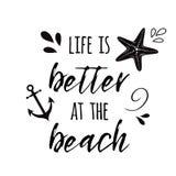 Het leven is beter bij het van de strand Vector inspirational vakantie en reis citaat met anker, golf, zeeschelp, de tijd van de  royalty-vrije illustratie