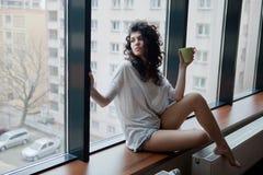 Het leven in de grote stad - nadenkende vrouw Royalty-vrije Stock Afbeeldingen