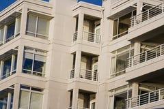 Het leven in de moderne flatgebouwen met koopflats van vandaag Royalty-vrije Stock Foto