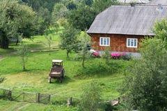Het leven in het dorp Oekra?ens dorpshuis stock foto
