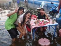 Het leven en de zaken zijn gebruikelijk in overstroomde Pathum Thani, Thailand, in Oktober 2011 Stock Foto's