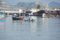 Het leven en het werk in traditioneel visserijdorp, in deel 13 van Vietnam stock fotografie