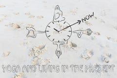 Het leven in het heden: de yoga stelt rond een klok die op NOW wijzen Stock Foto