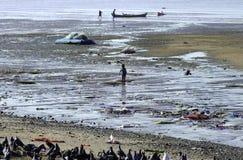 Het leven in India, vissers bij het strand Stock Foto