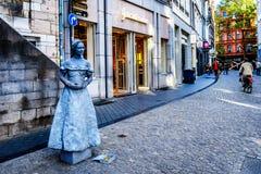 Het leven kunststandbeeld van een meisje in een grijze kleding in het centrum van de historische stad van Maastricht stock foto's