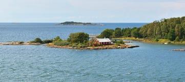 Het leven op klein eiland Rotsachtig eiland van Oostzee Stock Foto's