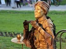Het leven standbeeld - het jonge vrouw zingen stock videobeelden
