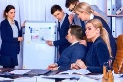 Het leven van het bedrijfsmensenbureau van teammensen die met documenten werken Royalty-vrije Stock Afbeeldingen