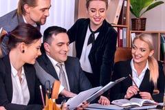 Het leven van het bedrijfsmensenbureau van teammensen is gelukkig met document Royalty-vrije Stock Foto