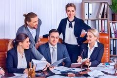 Het leven van het bedrijfsmensenbureau van teammensen is gelukkig met document Royalty-vrije Stock Afbeelding
