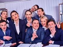 Het leven van het bedrijfsmensenbureau van teammensen is gelukkig met omhoog duim royalty-vrije stock foto's