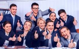 Het leven van het bedrijfsmensenbureau van teammensen is gelukkig met omhoog duim Stock Foto's
