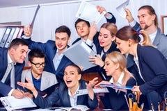 Het leven van het bedrijfsmensenbureau van teammensen is gelukkig met omhoog duim Royalty-vrije Stock Foto