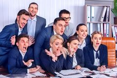 Het leven van het bedrijfsmensenbureau van teammensen is gelukkig met omhoog duim Royalty-vrije Stock Afbeeldingen