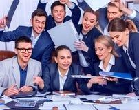 Het leven van het bedrijfsmensenbureau van teammensen is gelukkig met omhoog duim Royalty-vrije Stock Afbeelding
