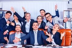 Het leven van het bedrijfsmensenbureau van teammensen is gelukkig met omhoog hand Stock Fotografie