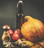 Het leven van de de herfstvensterbank - pompoen, appelen, okkernoten en bladeren op zwarte achtergrond Royalty-vrije Stock Fotografie