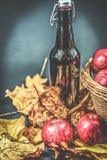 Het leven van de de herfstvensterbank - pompoen, appelen, okkernoten en bladeren op zwarte achtergrond Royalty-vrije Stock Afbeelding