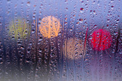 Het leven van de nachtstad door voorruit: duisternis en regen Royalty-vrije Stock Foto's