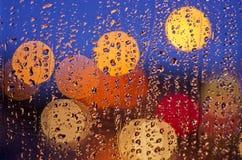Het leven van de nachtstad door voorruit: duisternis en regen Royalty-vrije Stock Afbeelding
