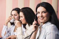 Het leven van het bureau met drie bedrijfsvrouwen Stock Foto's